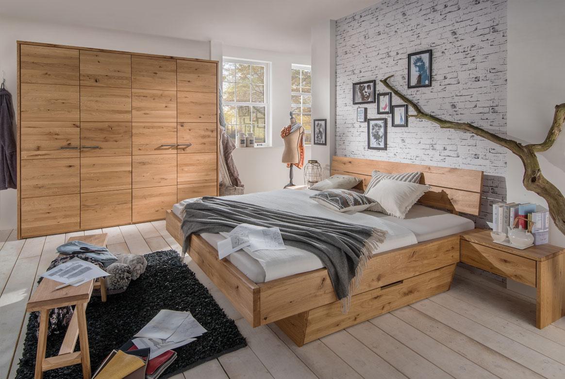Schlafzimmer Kleiderschrank in Massivholz Wildeiche mittleres Feld mit Fräsungen gelölt. | T54